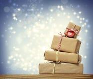 堆手工制造礼物盒在降雪的夜 图库摄影