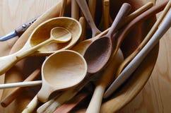堆手雕刻了在一个木碗的木匙子 库存图片