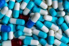 堆抗药性胶囊药片 抗菌药抵抗 与合理的药物用途 全球性医疗保健概念 鹿角的 免版税库存照片