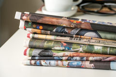 堆报纸和咖啡杯 免版税库存照片