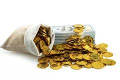 堆捆绑100枚美元钞票和金币在珍宝大袋在白色背景 免版税图库摄影