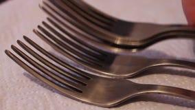 堆擦亮了在一块白色餐巾的钢叉子 股票视频