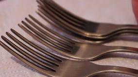 堆擦亮了在一块白色餐巾的钢叉子 影视素材