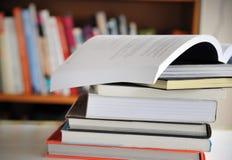 堆教育书 库存图片