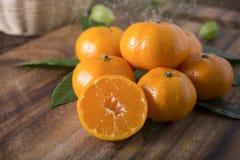 堆整个和半裁减新鲜的蜜桔或橘子 图库摄影