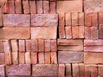 堆整洁地被安排的建筑砖 免版税库存照片