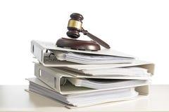 堆文件夹和在书桌上的一根法官惊堂木,隔绝在丝毫 库存照片