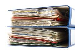 堆文件夹。与老文件和票据的堆。隔绝在白色背景 免版税库存图片