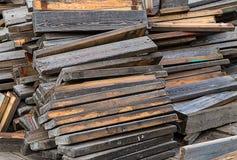堆斜倚的老棕色灰色委员会修理恢复大厦 库存图片