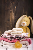 堆新出生的婴孩衣裳 免版税图库摄影