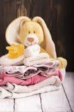 堆新出生的婴孩衣裳 库存图片