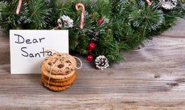 堆新鲜的曲奇饼和卡片圣诞老人的与假日12月 库存照片
