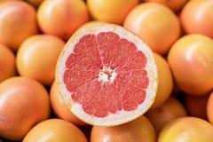 堆新鲜的葡萄柚 免版税库存图片