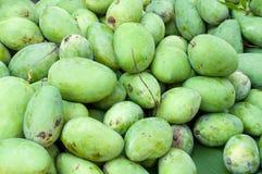 堆新鲜的绿色芒果果子在市场上 库存照片