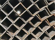 堆方形的不锈钢管在仓库里 免版税库存图片