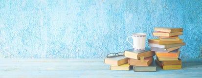 堆旧书、玻璃和一杯咖啡 免版税库存图片