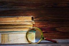 堆旧书和放大器在木背景 库存图片