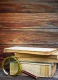 堆旧书和放大器 库存照片