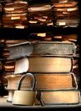 堆旧书和键锁 免版税库存图片