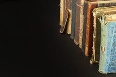 堆旧书,您的文本的copyspace 在老木架子的古色古香的书 免版税库存图片