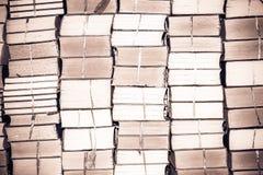 堆旧书,葡萄酒背景的抽象样式 免版税库存图片