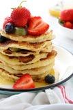 堆早餐薄煎饼用果子和调味汁 库存照片