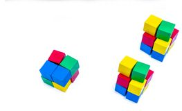 堆明亮的在白色背景隔绝的颜色木积木 蓝色,红色,绿色和黄色立方体块 孩子,婴孩玩具 图库摄影