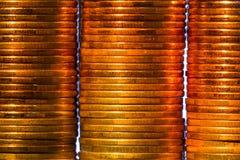 堆明亮的金黄硬币 免版税库存照片