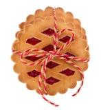 堆曲奇饼用在白色背景的果酱 库存照片