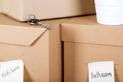 堆有房子或办公室物品的棕色纸板箱 免版税图库摄影