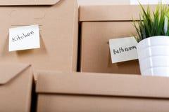 堆有房子或办公室物品的棕色纸板箱 免版税库存图片