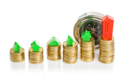 堆有指南针的硬币,绿色和红色家 免版税库存照片