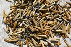 堆有木把柄的使用的小凿子 库存图片