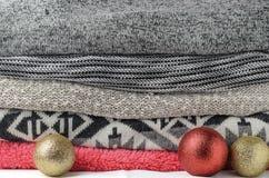 堆有欢乐闪烁圣诞节的d舒适五颜六色的毛线衣 免版税库存照片