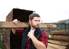 堆木场工作者,木匠,选择, seclecting的运载的木材板条 免版税图库摄影