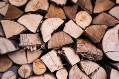 堆木头采伐为冬天热化准备的墙壁纹理 免版税库存照片