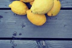 堆木头黄色柠檬  免版税库存图片