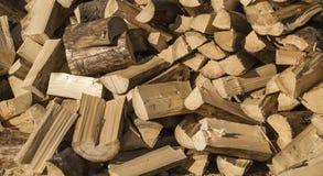 堆木日志准备好雕刻woodcutting 免版税库存图片