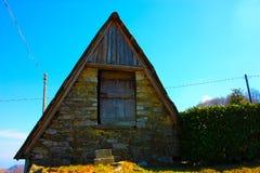 堆木材的棚在日志或贮藏室建造的山存放事 免版税库存照片