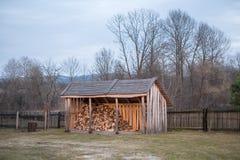 堆木材的棚 免版税库存图片