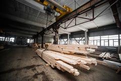 堆木柱在工厂 免版税库存图片