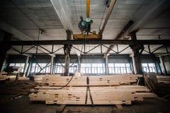 堆木柱在工厂 库存照片