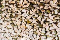 堆木柴为壁炉和锅炉,木背景做准备 免版税库存照片
