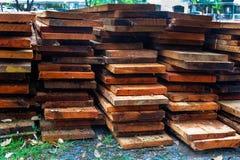 堆木螺柱在堆木场 免版税库存图片