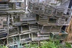 堆木龙虾陷井在缅因 免版税库存图片