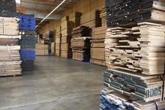堆木头在仓库里 免版税库存图片