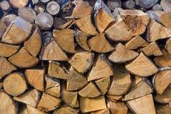 堆木柴的分裂日志 免版税库存照片