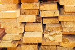 堆杉木为新的大厦特写镜头上 免版税库存图片