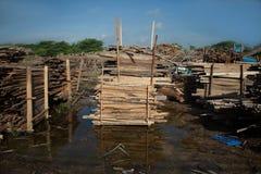 堆柚木树木板在堆木场 木的堆 库存照片