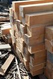 堆柚木树木正方形在堆木场 木的堆 库存图片